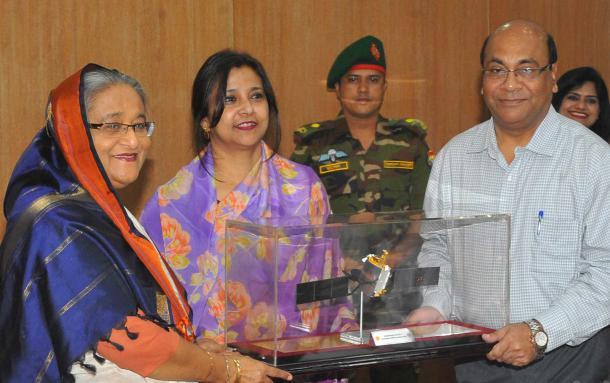 বঙ্গবন্ধু স্যাটেলাইট-১ এর রেপ্লিকা প্রধানমন্ত্রী কাছে হস্তান্তর: ডিসেম্বরে উৎক্ষেপণ