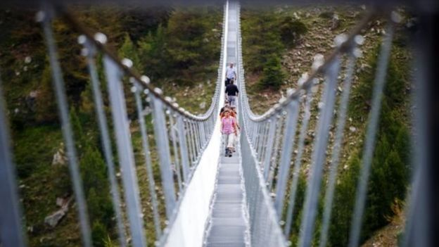 বিশ্বের দীর্ঘতম ঝুলন্ত সেতু এখন সুইজারল্যান্ডে