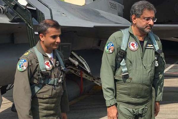 ফাইটার জেট F-16 চড়ে নজির গড়লেন পাকিস্তানি প্রধানমন্ত্রী