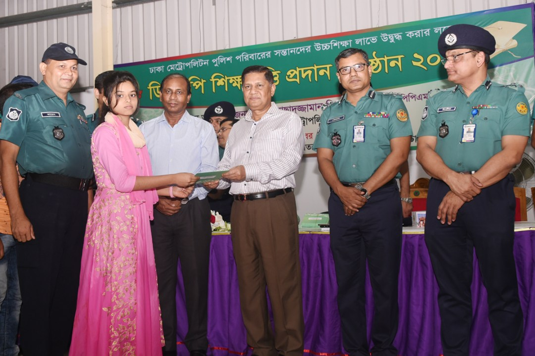 DMP Commissioner awarding 'DMP Educational Scholarship'