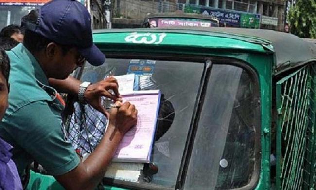 রাজধানী জুড়ে ডিএমপি'র ট্রাফিক অভিযান: ৪০ লক্ষাধিক টাকা জরিমানা আদায়