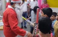 সান্তাক্লজ সেজে ছোটদের উপহার দিলেন শচিন