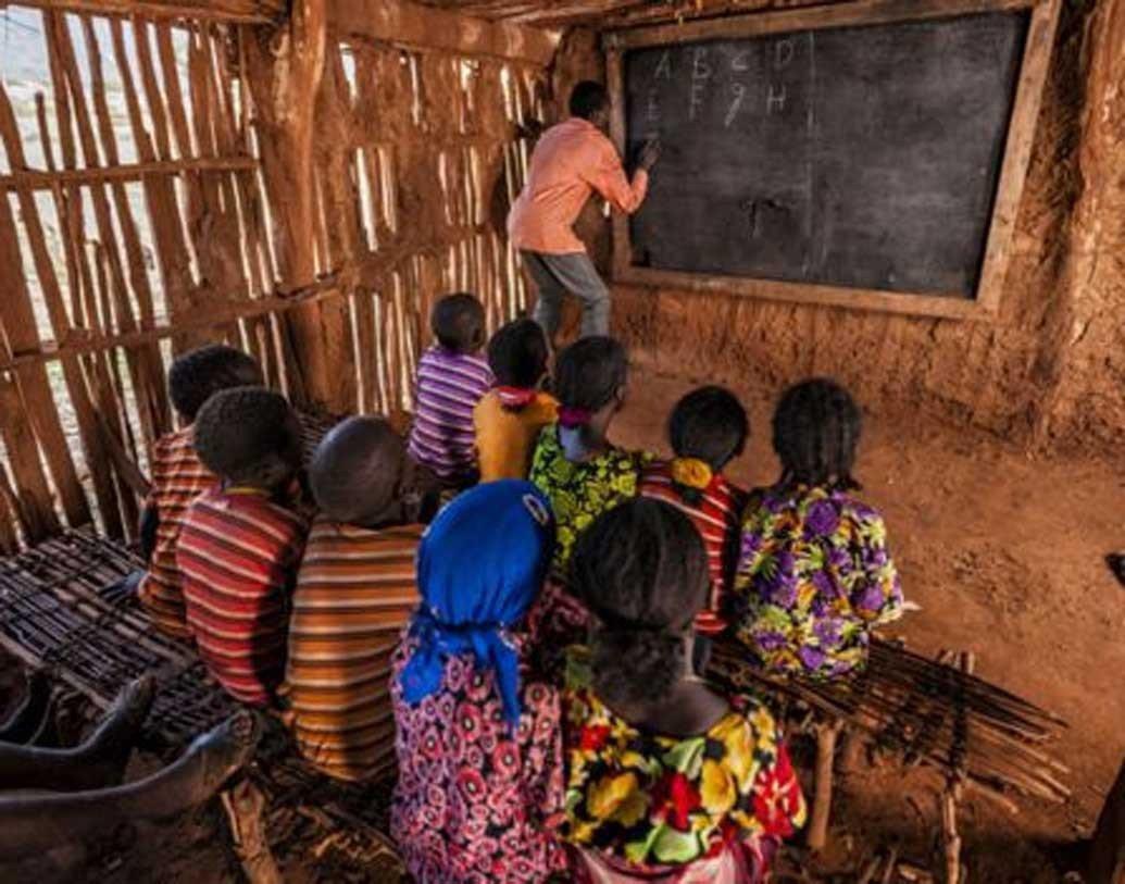 শাহরুখের ছবির গান বাজলেই স্কুলে আসে শিক্ষার্থীরা