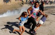 মার্কিন সীমান্ত এজেন্টরা অভিবাসন প্রত্যাশীদেরকে টিয়্যার গ্যাস নিক্ষেপ করেছে