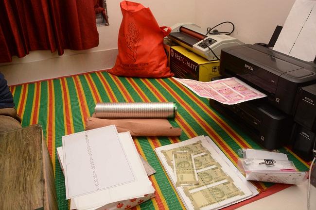 রাজধানীতে ভারতীয় জাল রুপি তৈরির কারখানার সন্ধান: বিপুল পরিমাণ জাল রুপিসহ গ্রেফতার ৩