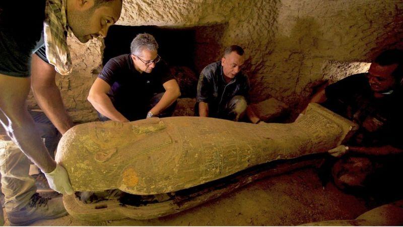 মিশরে একটি কূপের ভেতর থেকে ২৭টি  প্রাচীন কফিন  উদ্ধার